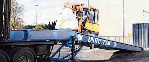 På denne lasterampen kan horisontalplanet justere hydraulisk til samme nivå som bilen, containeren e.l.